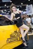 Vorführer im sexy Kleid an der 30. internationalen Bewegungsausstellung Thailands am 3. Dezember 2013 in Bangkok, Thailand stockbild