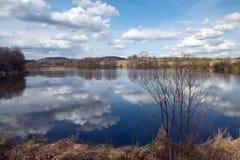 Vorfrühling in dem Teich Lizenzfreie Stockfotografie
