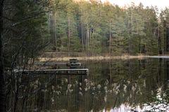 Vorfrühlings-Abend mit dem Steg auf der Seite des Sees Stockbild
