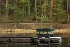 Vorfrühlings-Abend mit dem Steg auf der Seite des Sees Stockbilder