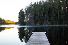 Vorfrühlings-Abend mit dem Steg auf der Seite des Sees Lizenzfreie Stockbilder