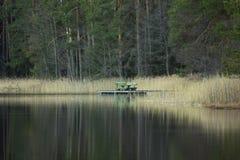 Vorfrühlings-Abend mit dem Steg auf der Seite des Sees Stockfotos