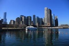 Vorfrühlingsarchitekturlandschaft durch den See in Chicago stockfotografie