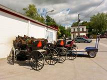 vorgespannte Pferde benutzt, um amische Lastwagen zu ziehen stockbild