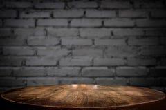 Vorgewählte leere braune Holztisch- und Wandbeschaffenheit des Fokus oder altes Stockbilder
