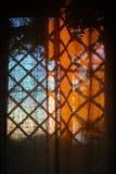Vorhänge auf dem Fenster Stockbild