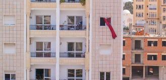 Vorhänge, die im Wind außerhalb des Fensters durchbrennen Stockfotografie