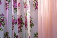 Vorhänge mit Blumenmuster und Tulle auf dem Wohnzimmerfenster lizenzfreies stockfoto