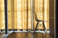Vorhänge und Stühle Stockbild