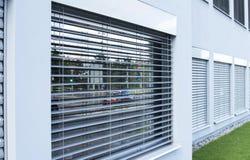Vorhänge, Vorhänge auf den Fenstern außerhalb der Einrichtung Lizenzfreies Stockbild