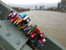 Vorhängeschlösser auf Brücke in Frankfurt stockbilder