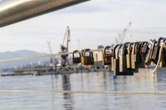 Vorhängeschlösser auf dem Draht im Hafen von Rijeka stockbild