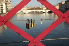Vorhängeschlösser auf einer Brücke Stockfotos