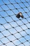 Vorhängeschlösser auf Metallineinander greifen Stockfoto