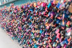 Vorhängeschlösser gebunden auf einer Brücke als ewiges Liebessymbol lizenzfreie stockfotos