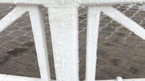 Vorhängeschlösser hängen am Geländer im Gazebo im Park Alles wird mit Frost bedeckt stock footage