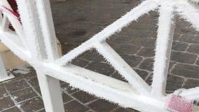 Vorhängeschlösser hängen am Geländer im Gazebo im Park Alles wird mit Frost bedeckt stock video