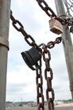 Vorhängeschlösser und Ketten befestigen Tor an industrielle Arbeits-Standort Stockfotos