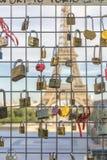Vorhängeschlösser vor dem Eiffelturm Stockfoto