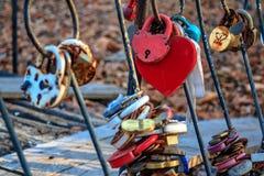 Vorhängeschloß als Zeichen von den ewigen Liebesjungvermählten angebracht an der Brücke lizenzfreie stockfotografie