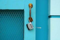 Vorhängeschloß auf blauer Tür Lizenzfreie Stockfotografie