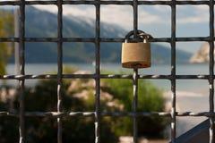 Vorhängeschloß auf dem Zaun Lizenzfreie Stockfotos