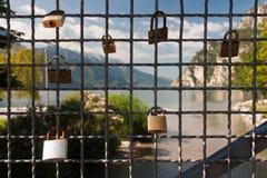 Vorhängeschloß auf dem Zaun Stockfoto
