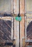 Vorhängeschloß auf einer alten Tür Lizenzfreie Stockbilder