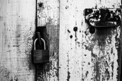 Vorhängeschloß auf einer alten Tür Lizenzfreie Stockfotografie
