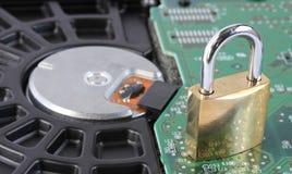 Vorhängeschloß auf Festplattenlaufwerk des Computers lizenzfreie stockfotos
