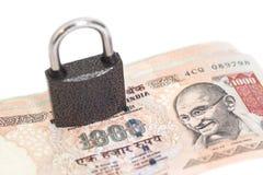 Vorhängeschloß auf indischer Währungsrupie Stockbilder