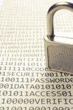 Vorhängeschloß ist auf der Liste mit einem binären Code Lizenzfreie Stockbilder