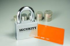 Vorhängeschloß, Karte und Münzen im Hintergrund Lizenzfreies Stockfoto