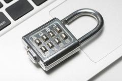 Vorhängeschloß mit Laptop Lizenzfreie Stockfotos