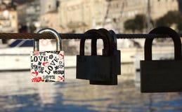 Vorhängeschloß mit Liebestext stockfotos