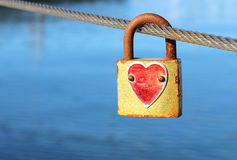 Vorhängeschloß mit rotem Herzen Stockfotos