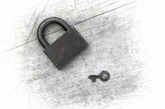 Vorhängeschloß und Schlüssel auf hölzernem Hintergrund Lizenzfreies Stockbild