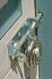 Vorhängeschloß und Schraube auf Tür Lizenzfreies Stockfoto