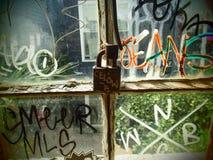 Vorhängeschloss-und Fenster-Graffiti lizenzfreies stockbild