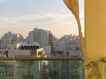 Vorhang auf einem Balkon lizenzfreie stockbilder