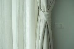 Vorhang in der Sahnefarbe auf Fenster Lizenzfreie Stockfotos