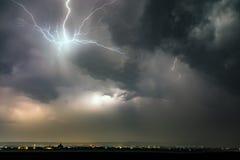 Vorhang des Blitzes über Stadt Stockfoto
