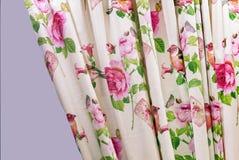 Vorhang mit Blumenmustern innerhalb des Wohnzimmers stockfotografie