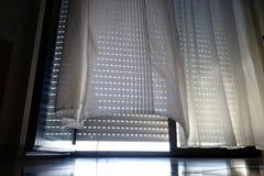 Vorhang und Roll-Laden gesenkt stockbild
