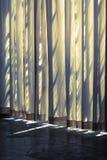 Vorhang und Schatten lizenzfreie stockbilder