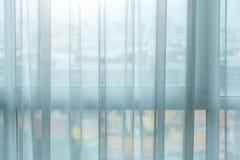 Vorhanginnenausstattung auf Fenster stockfotografie