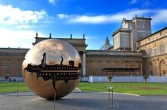 Vorhof in Vatikan. Gestalten Sie das Yard der Kugel vor Gericht. Vatikan, Rom, Italien Lizenzfreie Stockfotografie