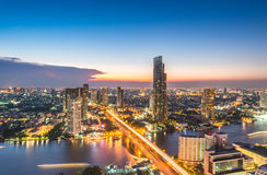 Vorige dag, de mening van Bangkok van de unieke toren van Sathorn De horizon Sathorn van Bangkok de stad in Bangkok is het kapita royalty-vrije stock afbeelding