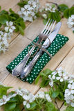 Vork en mes die op een houten achtergrond onder de takken liggen Stock Foto's