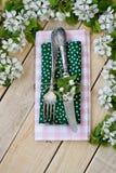 Vork en mes die op een houten achtergrond onder de takken liggen Royalty-vrije Stock Afbeeldingen